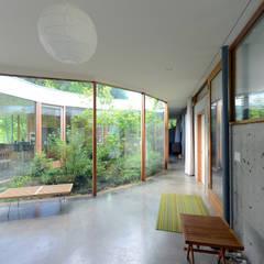 Pasillos y recibidores de estilo  por NO Architecture