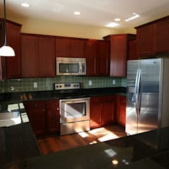 Modern Outer Banks-Style Kitchen:  Kitchen by Outer Banks Renovation & Construction