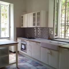 cucina: Cucina in stile in stile Mediterraneo di monica giovannelli architetto