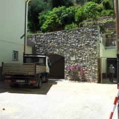 Garajes y galpones de estilo  por monica giovannelli architetto,