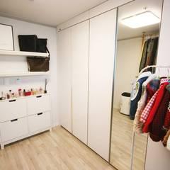 [홈라떼] 화사하고 블링블링한 30평대 홈스타일링: homelatte의  드레스 룸,모던