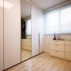[홈라떼] 화사하고 블링블링한 30평대 홈스타일링: homelatte의  드레스 룸