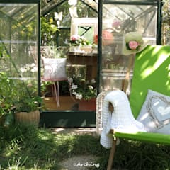 Una piccola serra tutta al femminile: Giardino d'inverno in stile  di Arching - Architettura d'interni & home staging