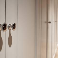 Cztery ściany, pięć gwaizdek: styl , w kategorii Garderoba zaprojektowany przez Perfect Space