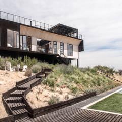 The Folding House: Jardines de estilo  por B+V Arquitectos
