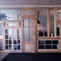 Window's wall: Bureaux de style  par COLORS OF REUSING