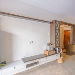 Salas multimedia de estilo  por In Built Concepts