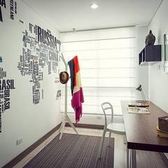Estudio: Estudios y despachos de estilo moderno por Maria Mentira Studio