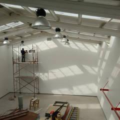 Gimnasio Black House Santiago: Estadios de estilo  por DIMA Arquitectura y Construcción