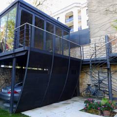 Salon d'été métallique en Carport vue 01: Garage / Hangar de style  par Vincent Athias Architecte DPLG