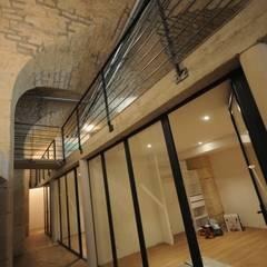 Loft Grévin | vue 1: Couloir et hall d'entrée de style  par Vincent Athias Architecte DPLG