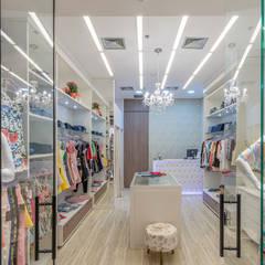 Boutique Quatro Rodas: Loja Shopping: Shopping Centers  por Gláucia Brito Interiores