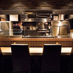 シックな居酒屋!?: designista-s (デザイニスタ エス)が手掛けたレストランです。