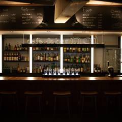 ラインが強調されたバックバー: designista-s (デザイニスタ エス)が手掛けたバー & クラブです。