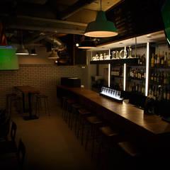 スタンディングにも!: designista-s (デザイニスタ エス)が手掛けたバー & クラブです。