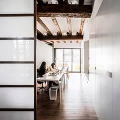 Projekty,  Domowe biuro i gabinet zaprojektowane przez versea arquitectura