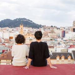 Diseño Acogedor Minipiso en el centro de Málaga: Terrazas de estilo  de DIKA estudio