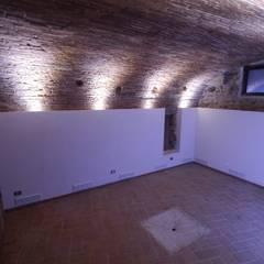 Recupero in centro storico a Verona: Cantina in stile  di architetture e restauri biocompatibili