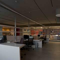 particolare open space: Complessi per uffici in stile  di      Massimo Viti Architetto                                   studio Architectural Make-Up+
