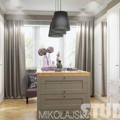 Willa na Warszawskim Henrykowie: styl , w kategorii Garderoba zaprojektowany przez MIKOŁAJSKAstudio