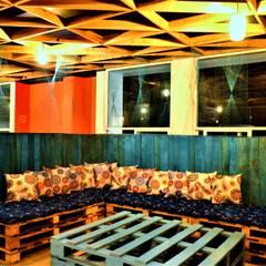 Sala fabricada con palets, tapicería de Yolanda Amaro.: Salas de estilo rústico por Esse Studio