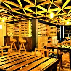 Sillas y bancos diseñados por Esse Studio.: Comedores de estilo rústico por Esse Studio