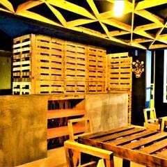Celocías de palets y estanterias de guacales.: Comedores de estilo rústico por Esse Studio