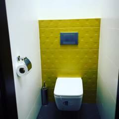 Łazienka w biurowcu: styl , w kategorii Biurowce zaprojektowany przez Modeco Creative Studio