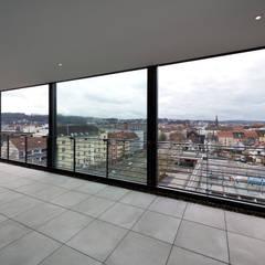 Loggia mit Blick über die Stadt:  Terrasse von Hauser - Architektur