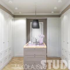 Ankleidezimmer in Weiß:  Ankleidezimmer von MIKOLAJSKAstudio