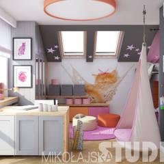 Roséfarbenes Kinderzimmer:  Kinderzimmer von MIKOLAJSKAstudio