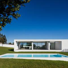 Vista do exterior - piscina: Piscinas  por Raulino Silva Arquitecto Unip. Lda