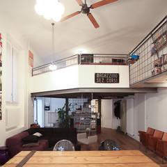 Graphic Designer Loft: Spogliatoio in stile  di LAB43