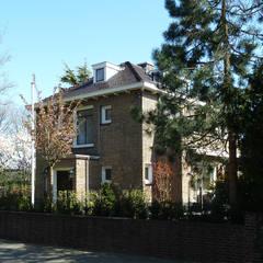 Villa Marlot:  Huizen door DYLUNIO | architectuur & interieur,