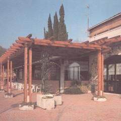 realizzazione del disegno precedente di un pergolato e fioriere per uno spazio di ristorazione: Terrazza in stile  di Studio arch. Orban Agota