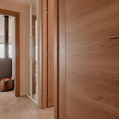 Rénovation sur la côte d'azur: Couloir et hall d'entrée de style  par Agence Forvieux Architecture