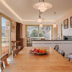 Rénovation sur la côte d'azur: Salle à manger de style de stile Rural par Agence Forvieux Architecture