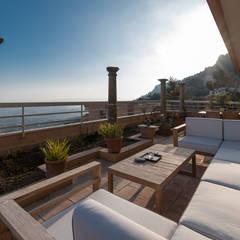 Rénovation sur la côte d'azur: Terrasse de style  par Agence Forvieux Architecture