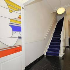 Traphuis met separatie, glas in lood Jan Snoeck:  Gang en hal door Tektor interieur & architectuur