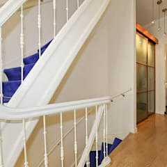 Trappenhuis:  Gang en hal door Tektor interieur & architectuur