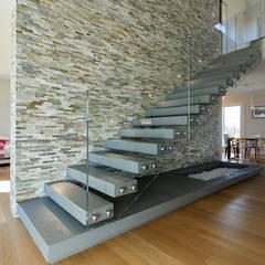 Corridor & hallway by Studio Associato Architetti Luisa Movio Michele Poletto,