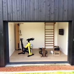 Une salle de sport complète dans 11m2: Salle de sport de style de style Moderne par Athletica Design