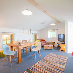Häuser in der Wolfsgrube: landhausstil Kinderzimmer von w. raum Architektur + Innenarchitektur