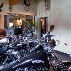 Harley Davidson zu Hause:  Garage & Schuppen von w. raum Architektur + Innenarchitektur