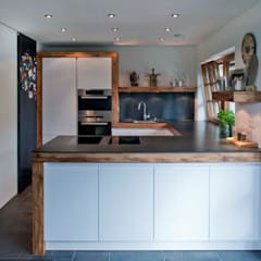 Kitchen by w. raum Architektur + Innenarchitektur