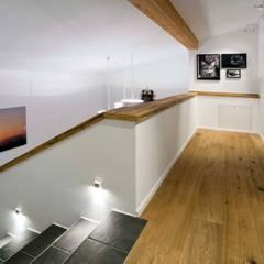 Harley Davidson zu Hause:  Flur & Diele von w. raum Architektur + Innenarchitektur