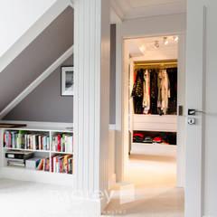 147m2 of French elegance.: styl , w kategorii Garderoba zaprojektowany przez TiM Grey Interior Design
