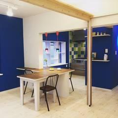 آشپزخانه توسط株式会社KIMURA  bi-Art, اکلکتیک (ادغامی) کامپوزیت چوب و پلاستیک