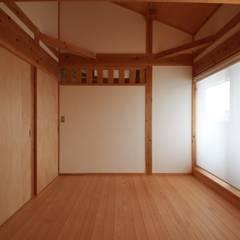 音の家 前橋市: 田村建築設計工房が手掛けた寝室です。