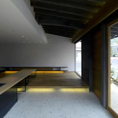 Salas multimédia rústicas por 環アソシエイツ・高岸設計室 Rústico Pedra